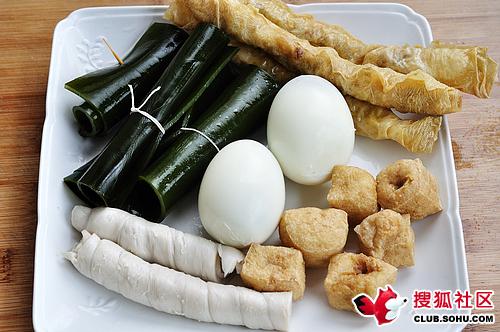 做甏肉干饭的配菜:海带,油皮卷尖,面筋卷,煮熟的鸡蛋,豆腐泡塞